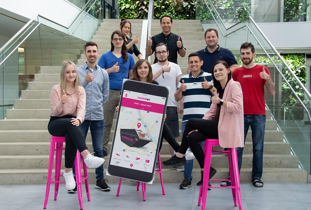 Das Team von wastebox Österreich auf einer Stiege vor dem Headquarter.
