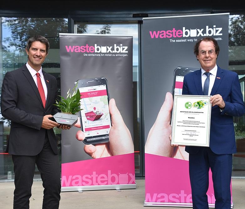 Ralf Mittermayr und Hans Roth präsentieren eine klimaneutrale Wastebox